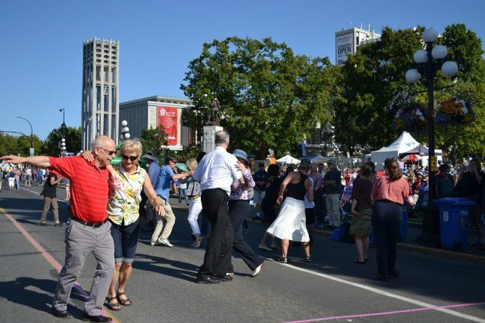 ビクトリアシンフォニーで踊る人々の写真