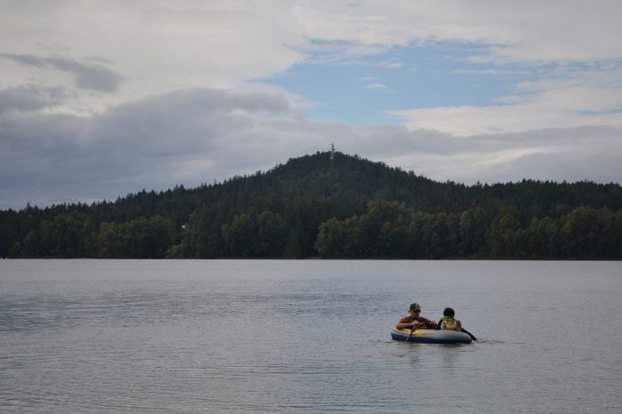 ビクトリアの湖でピクニックしてる写真