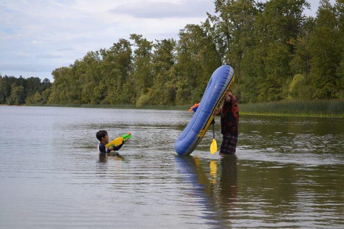 ビクトリアの湖で水鉄砲してる写真