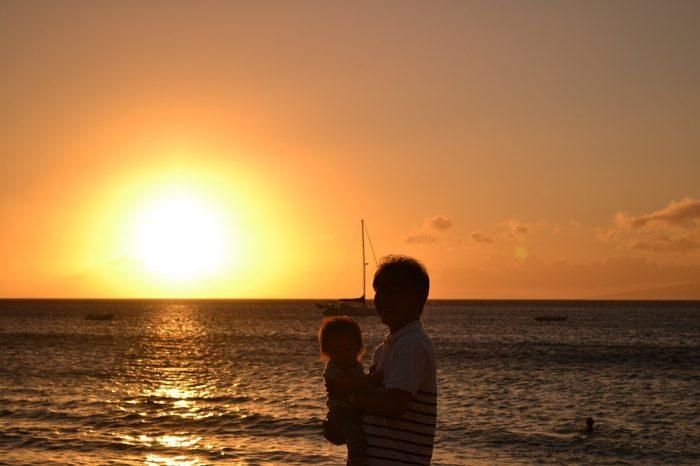 マウイ島ビーチサンセットと父と姪の写真