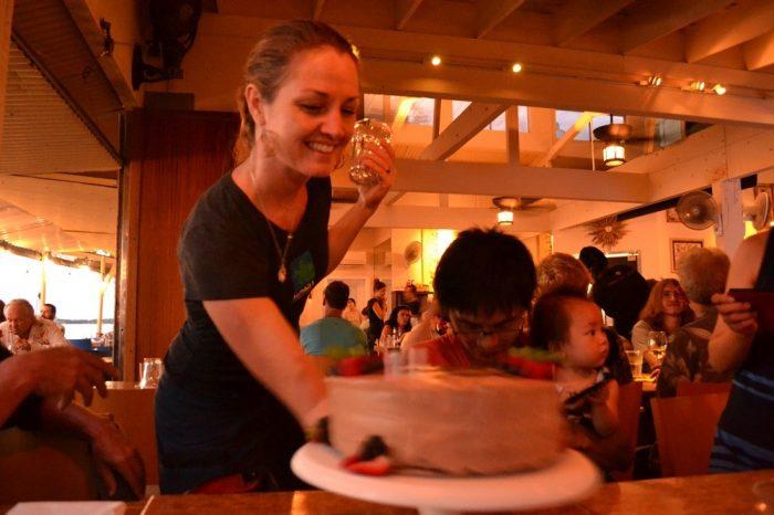 マウイ島のレストランでサプライズケーキの写真