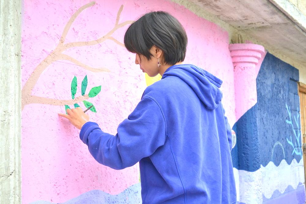 河野ルル|メキシコで壁画制作(葉っぱを描く)の写真
