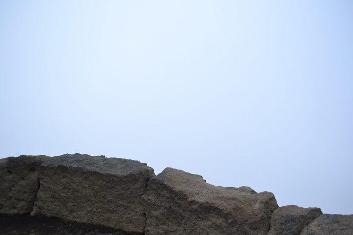 ハレアカラ山頂の曇った景色の写真