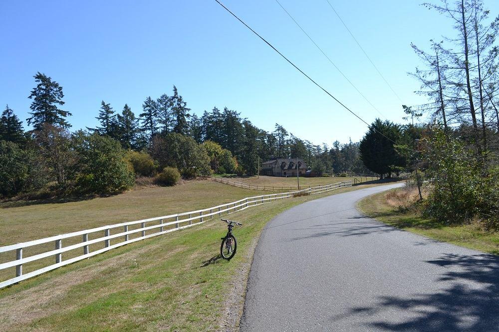 ビクトリアの牧場付近の道路の写真