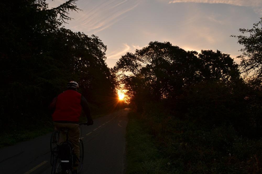 ビクトリアのサイクリストと朝日