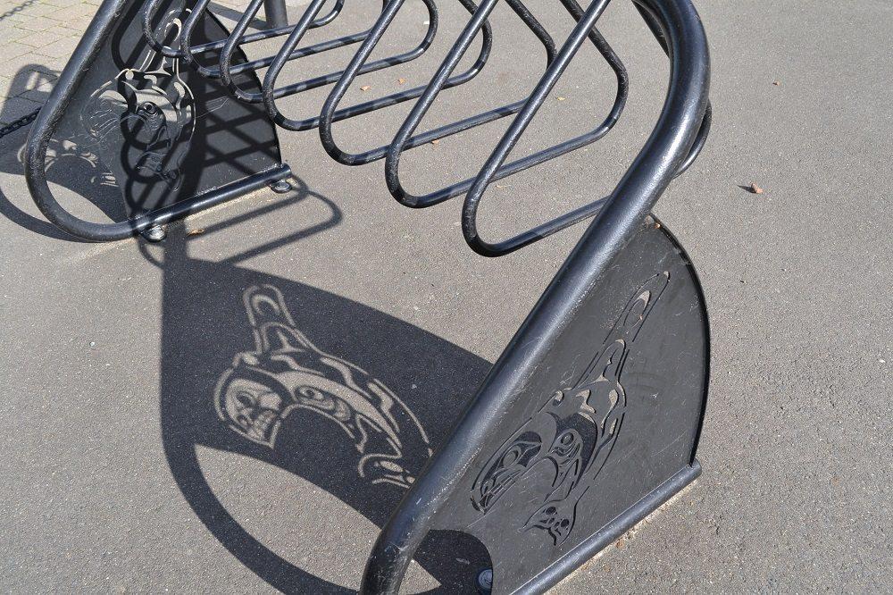 カナダのインディアンのデザインの自転車置き場の写真