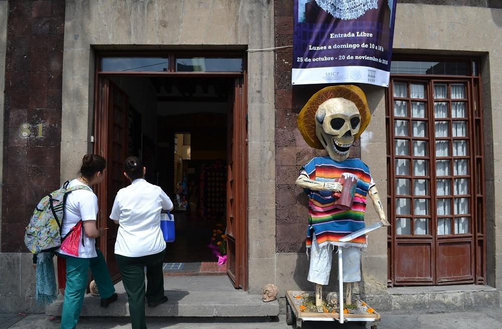 メキシコシティ街中のドクロの置物の写真