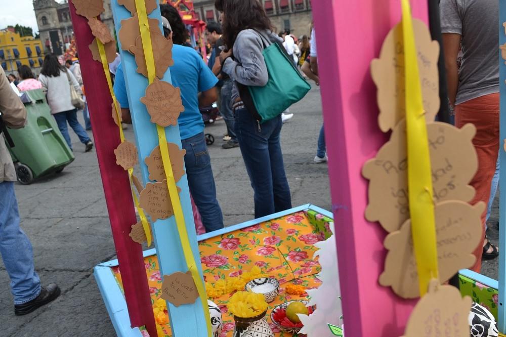 メキシコシティソカロ広場の祭壇の願い事の写真
