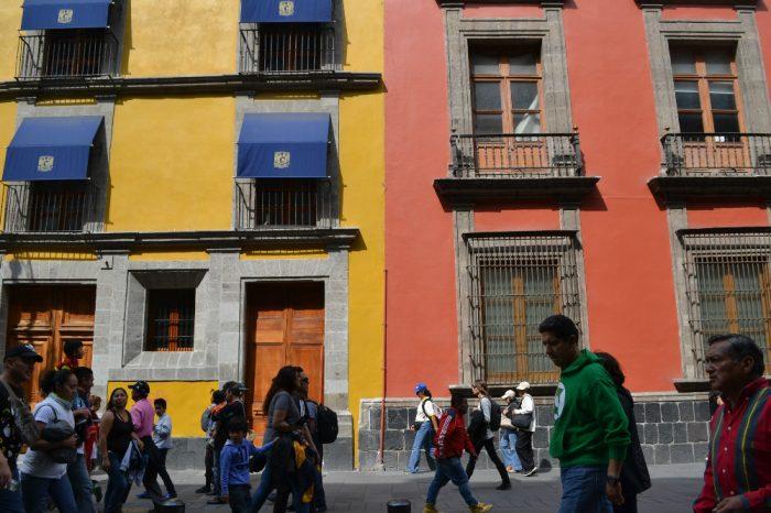 メキシコシティのカラフルな建物の写真