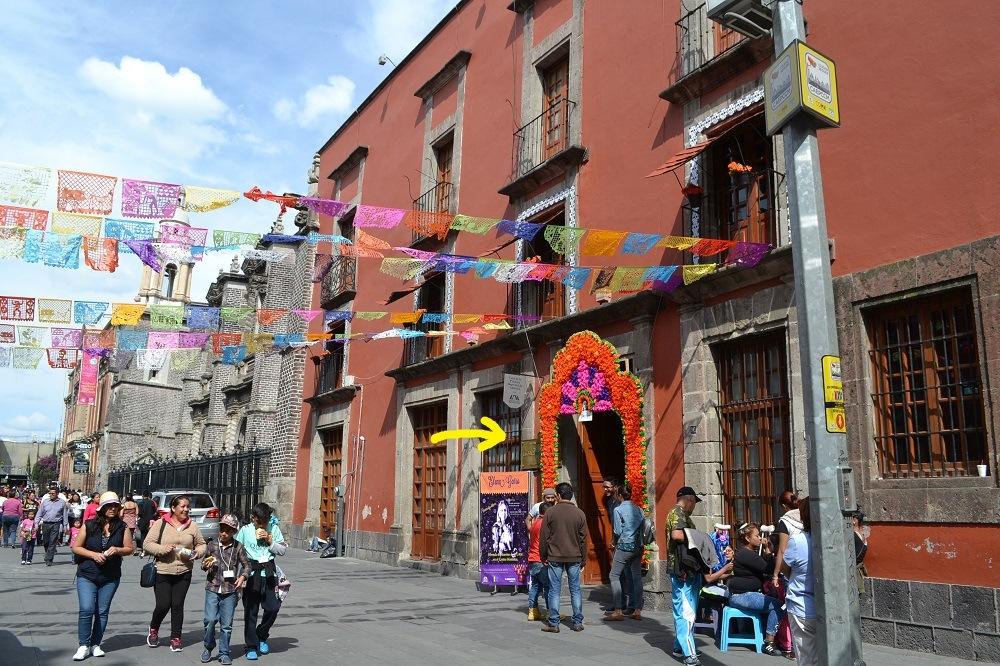 メキシコの死者の日の建物入口の写真