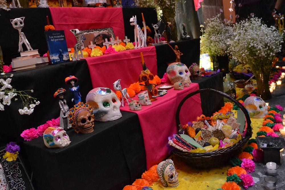 メキシコシティの死者の日の祭壇の写真