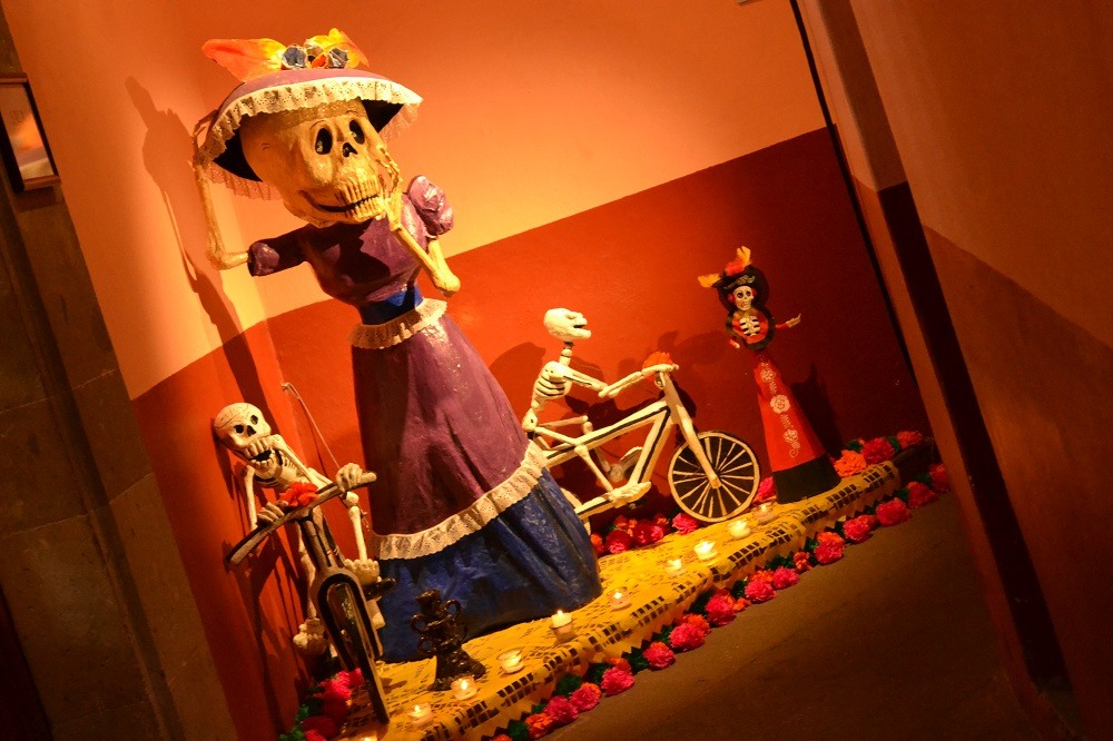 メキシコ死者の日貴婦人のオフレンダの写真