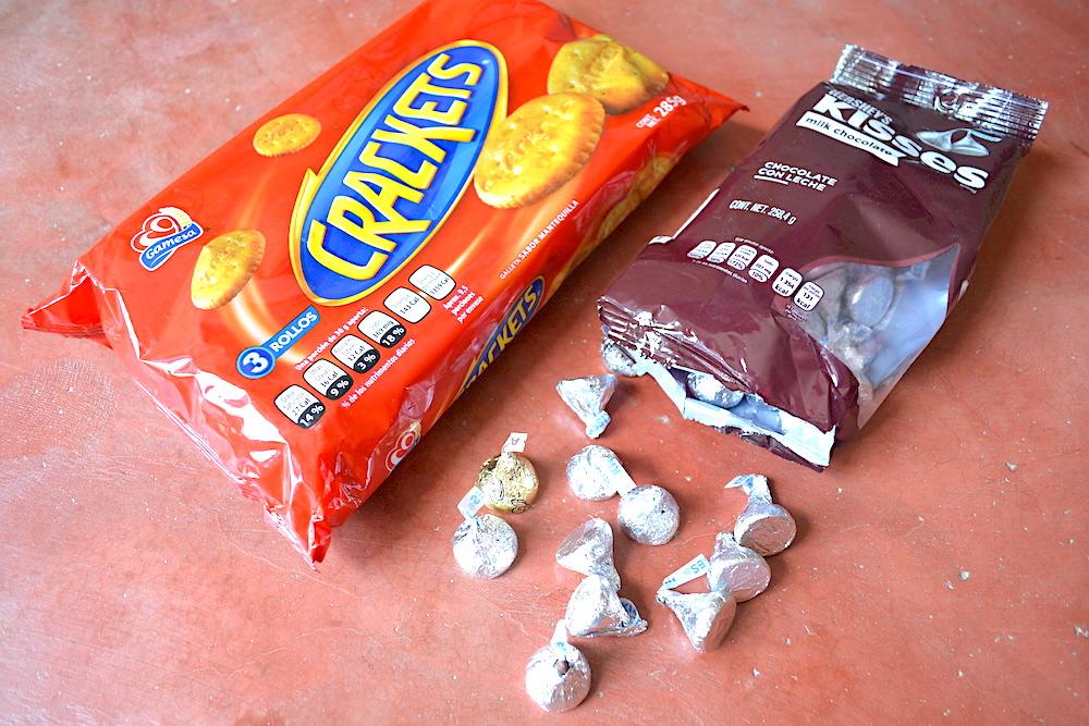 メキシコのお菓子(クラッカーとチョコ)の写真