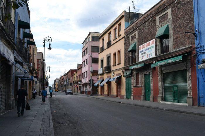 メキシコシティの人通りの少ない道の写真