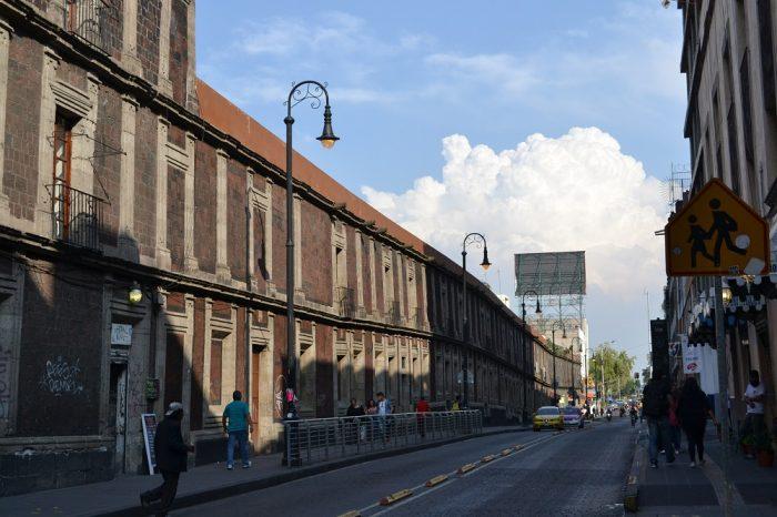 メキシコシティの歪んだ建物の写真