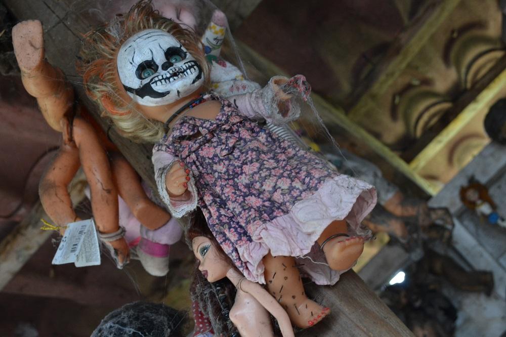 ソチミルコ人形島の魔女人形の写真
