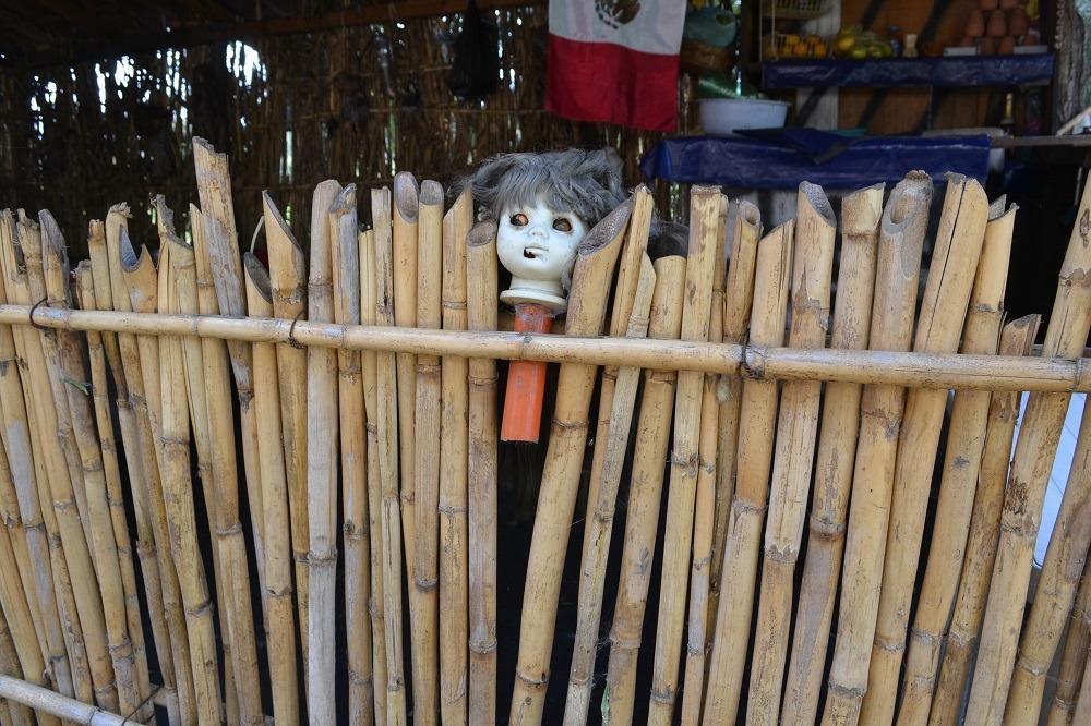 ソチミルコ人形島の竹柵の写真