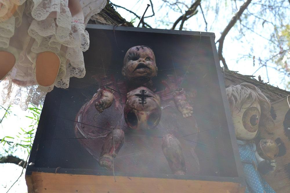 ソチミルコ人形島のバラバラ人形の写真