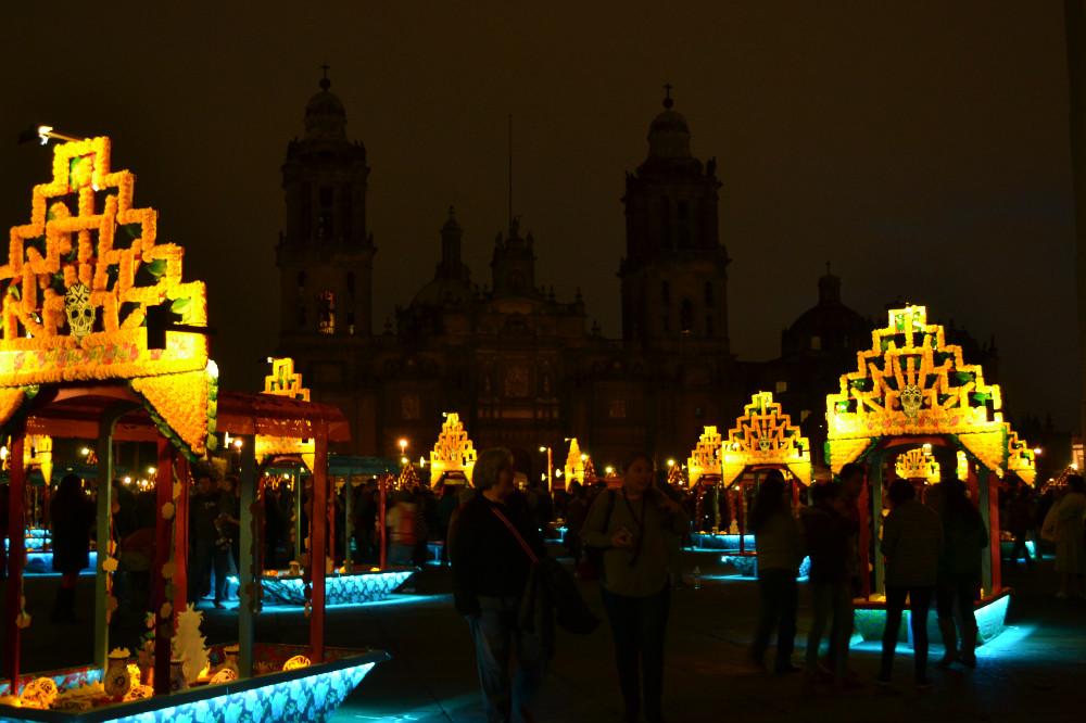 死者の日の夜のソカロ広場の写真