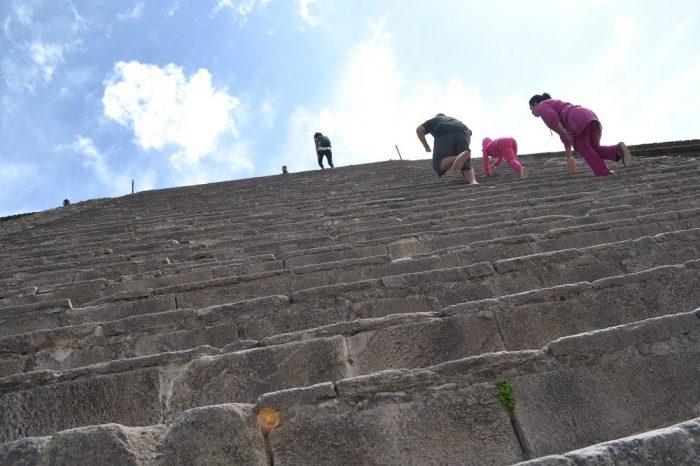 テオティワカンケツァルコアトルの神殿の階段の写真