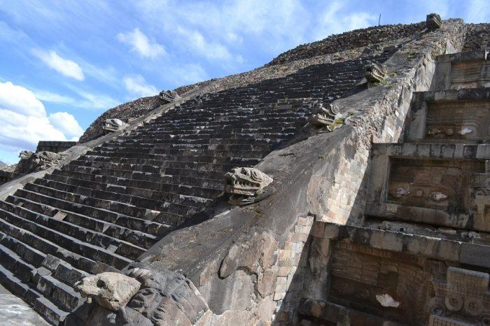 テオティワカンケツァルコアトルの神殿の階段神の頭の写真
