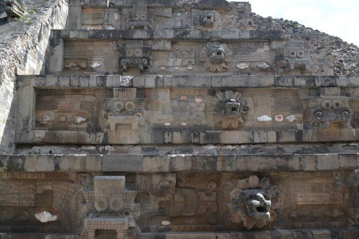 テオティワカンケツァルコアトルの神殿の階段神の頭正面の写真