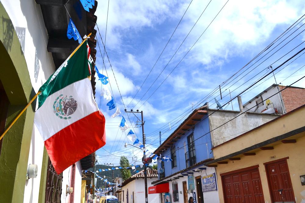 メキシコ国旗(サンクリストバルの路地)の写真