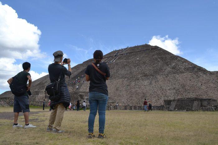 テオティワカン太陽のピラミッドふもとの写真