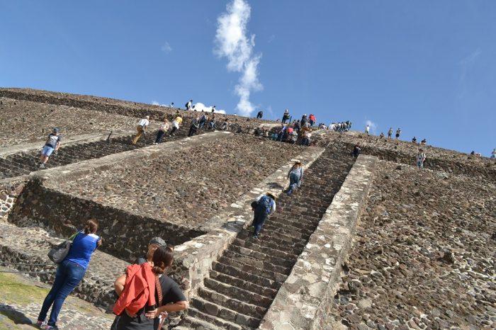 テオティワカン太陽のピラミッド階段の写真