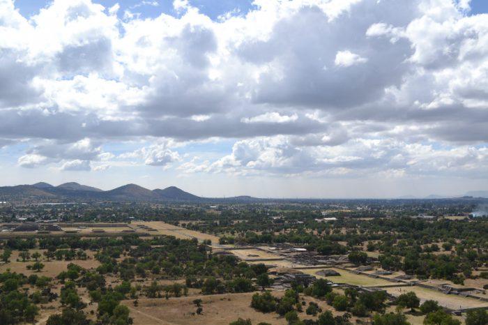 テオティワカン太陽のピラミッドからの眺めの写真