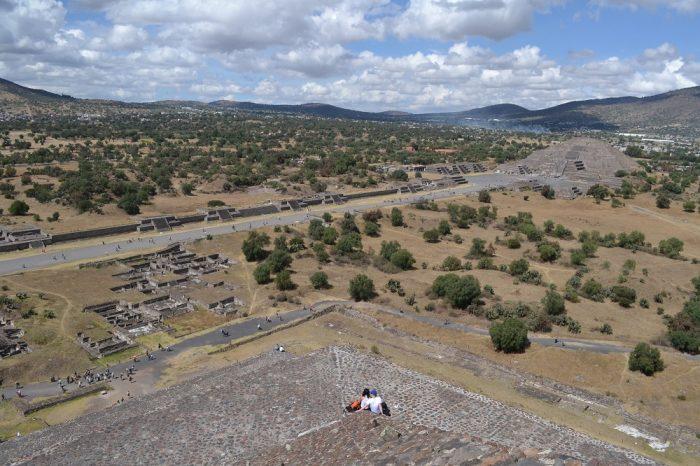テオティワカン太陽のピラミッドからの月のピラミッドの眺めの写真