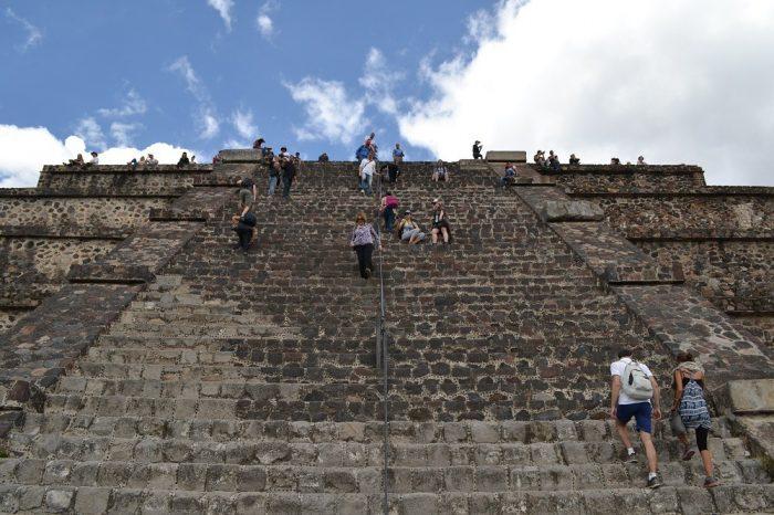 テオティワカン月のピラミッド階段の写真