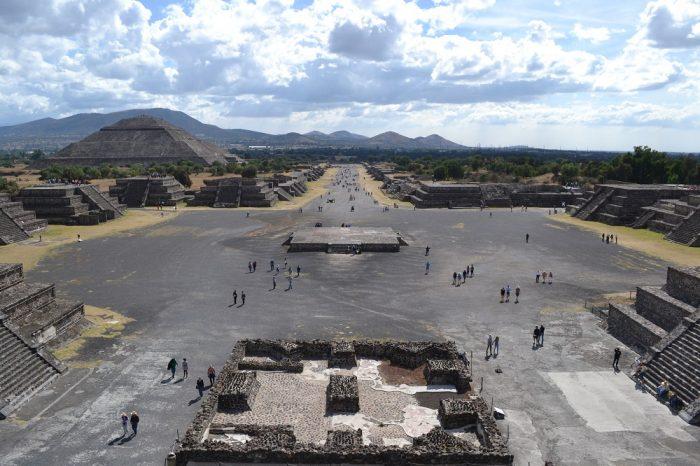 テオティワカン月のピラミッドからの眺めの写真
