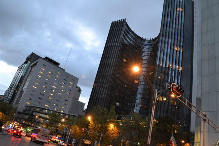 メキシコシティのオフィスビル街の写真
