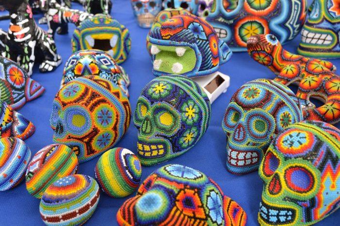 メキシコシティサンアンヘルの土曜市ビーズ細工の写真