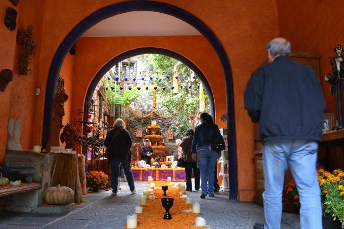 メキシコシティサンアンヘルの家具屋入口の写真