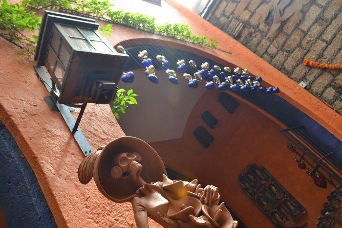 メキシコシティサンアンヘルの家具屋ドクロとランプの写真