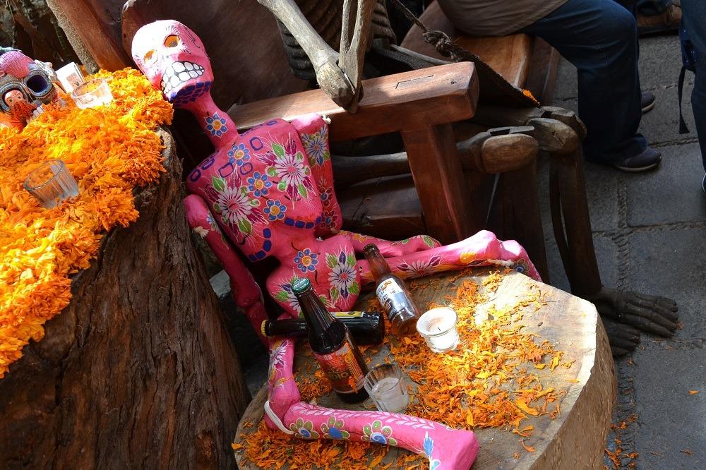 死者の日の飲んだッくれの骸骨祭壇の写真