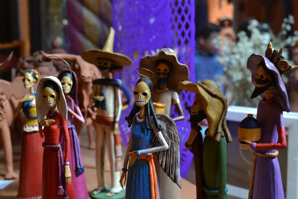 メキシコシティサンアンヘルの家具屋ドクロの人形の写真