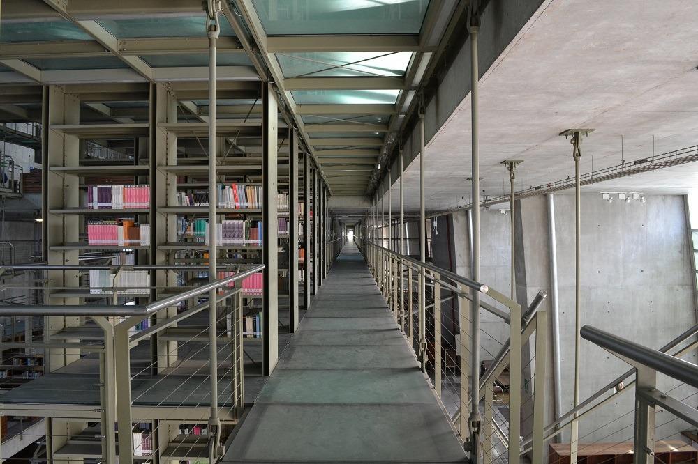 メキシコシティの図書館の通路の写真