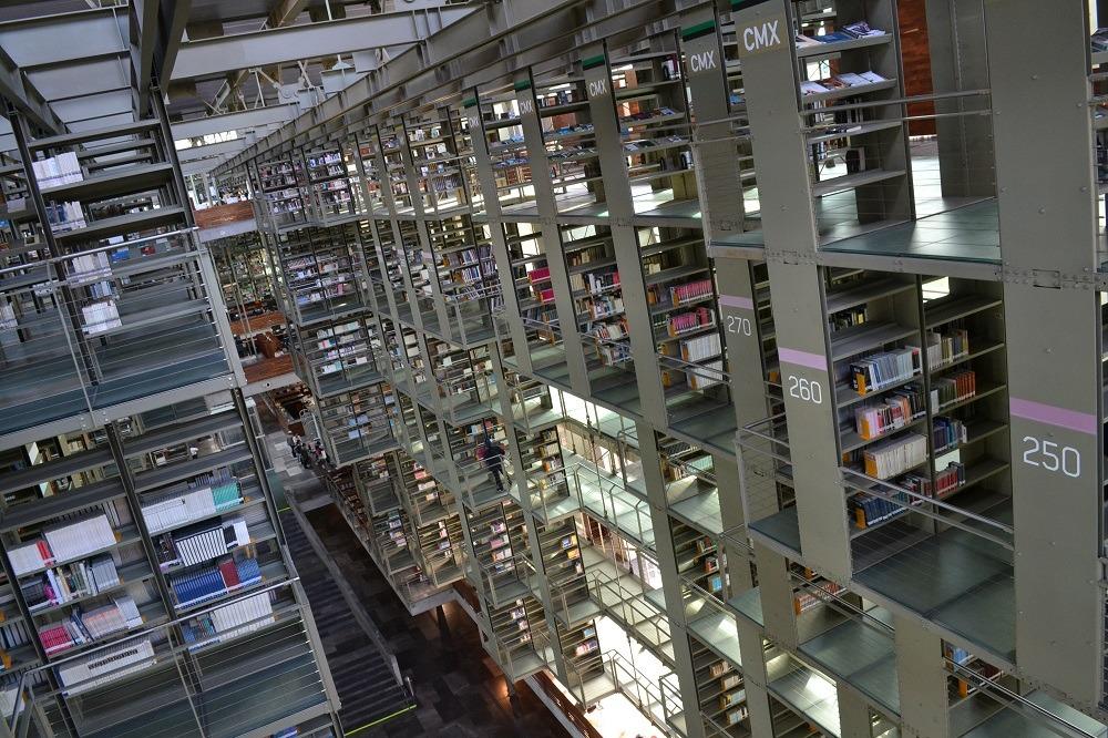 メキシコシティの図書館の内部上からの写真