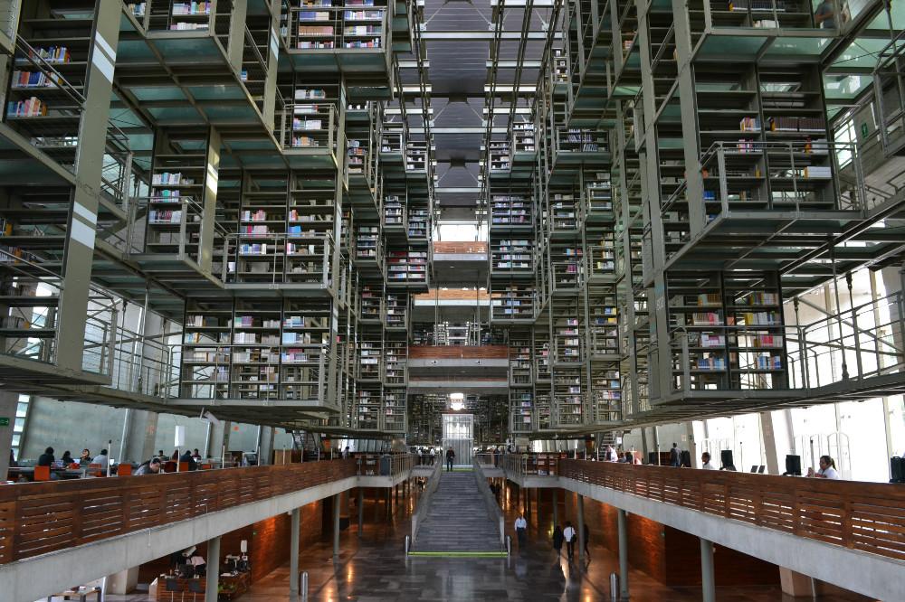 メキシコシティの図書館の内部正面の写真