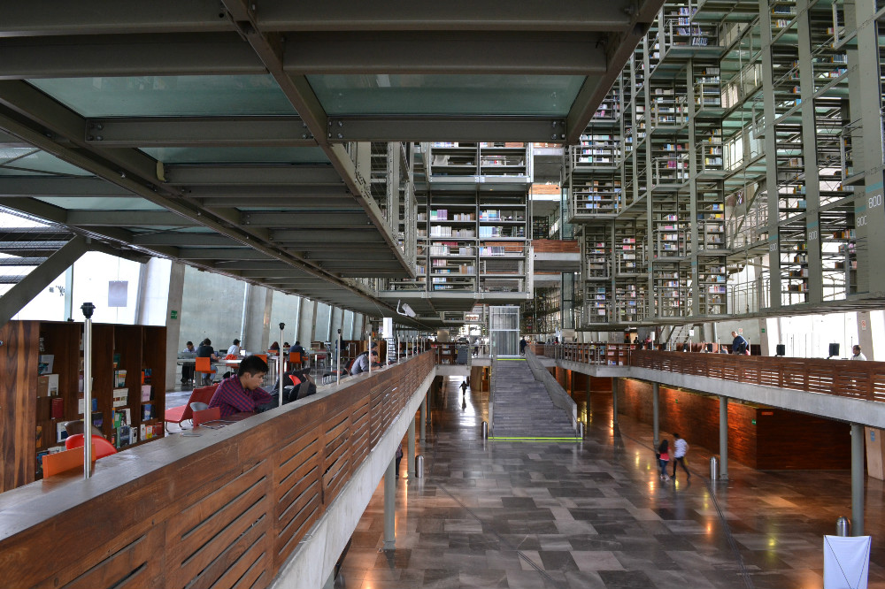 メキシコシティの図書館の吊るされた足場の写真