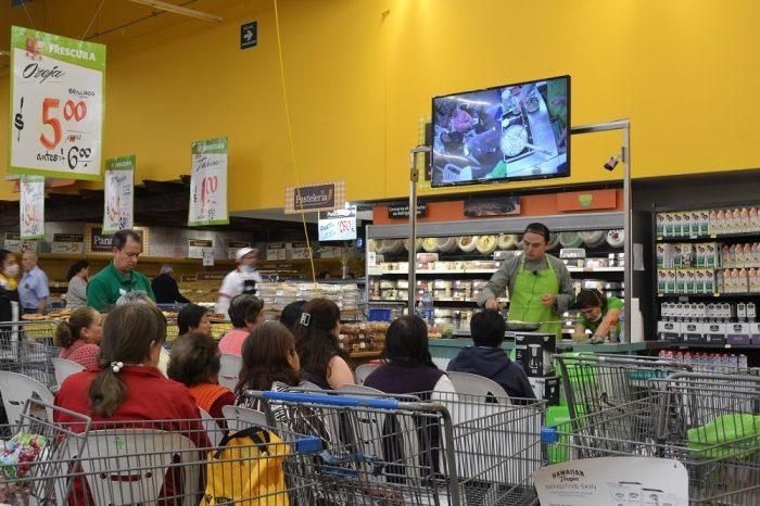 メキシコシティのスーパーマーケット実演販売の写真