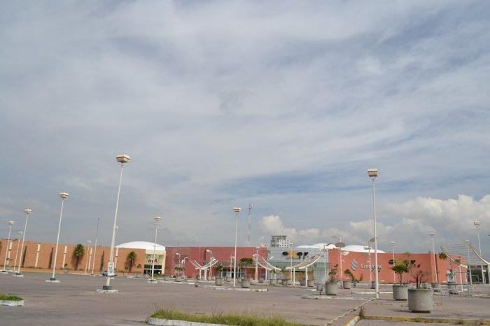 メキシコプエブラの廃れたショッピングセンターの写真
