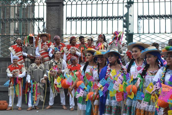 メキシコダンスコンテストに参加している女性たちの写真