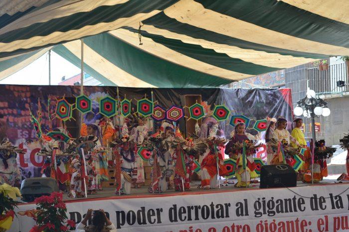 メキシコダンスコンテスト伝統的デザインの小道具の写真