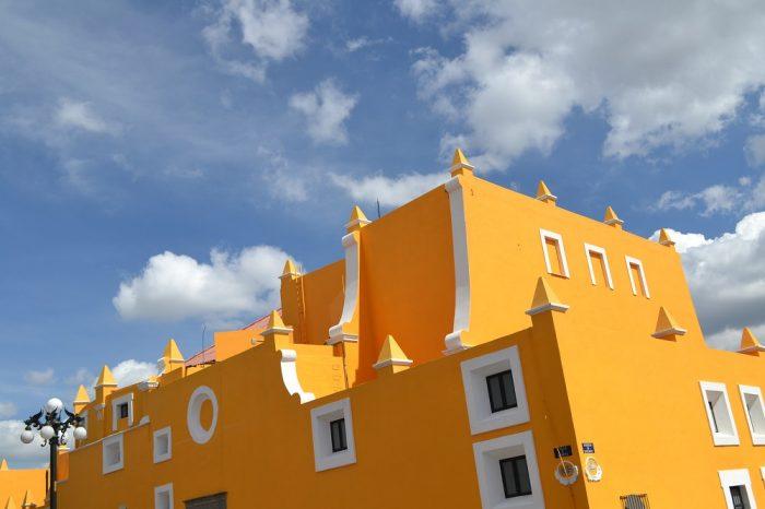 メキシコプエブラのお洒落な黄色い建物の写真