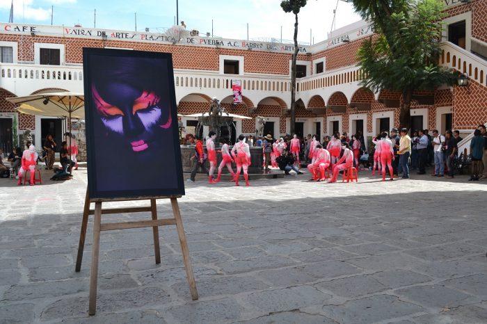 メキシコプエブラ芸術地区で全裸ペイントの写真