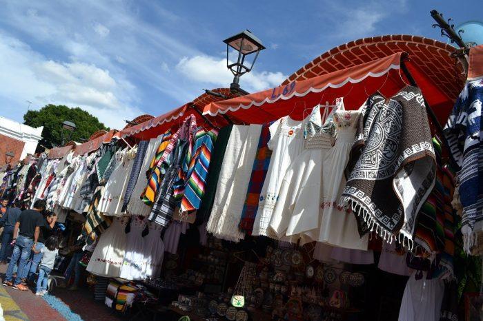メキシコプエブラのお土産市場の洋服の写真